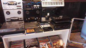 Deler av utstyret som Radio Randsfjord har for salg