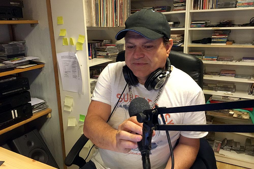 Hans Dahle i studioet til Radio Latin Amerika i Maridalsveien. (Foto: Pål Lomeland)