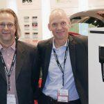 Jan Ellingsen (t. v.) og Espen Engh i Pioneer Norge med en modell for full integrering i Skoda, Polo og Golf. Foto: Stian Sønsteng, Elektronikkbransjen