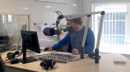 Programleder Stian Elverum produserer ettermiddagssending fra Nea Radio i Røros (Foto: Pål Lomeland)