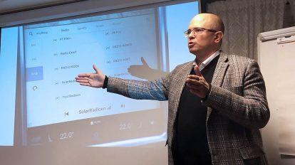 Ole Jørgen Torvmark presenterer det lokale kanalutvalget på DAB i Hedmark (Foto: Pål Lomeland)